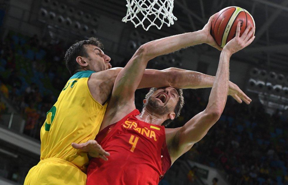 El australiano Andrew Bogut comete una falta sobre Pau Gasol en el partido por la medalla de bronce.