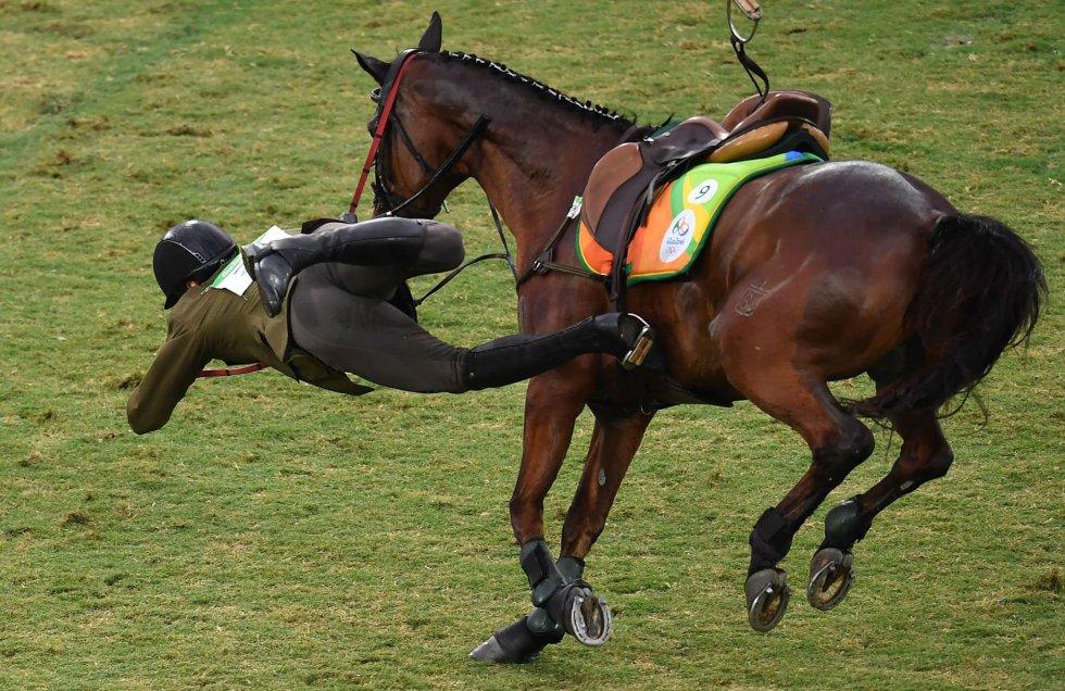 El lituano Justinas Kinderis cae de su caballo durante la competición de pentatlón moderno.