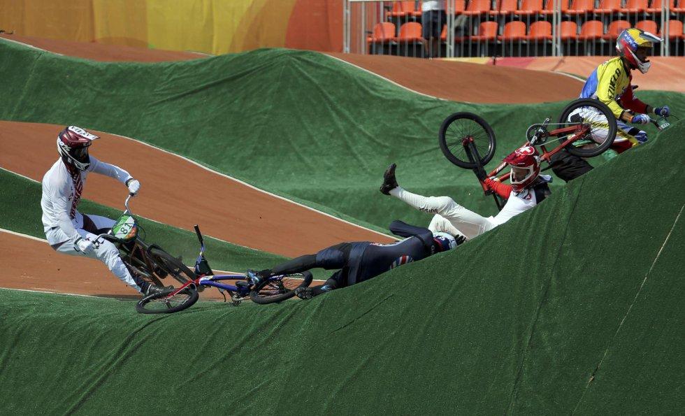 Maris Strombergs (Letonia), Liam Phillips (Gran Bretaña) y David Graf (Suiza) chocan durante la segunda ronda de BMX.