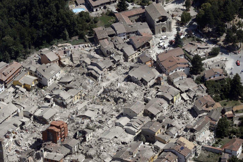 Vista aérea del centro histórico de Amatrice después del terremoto.