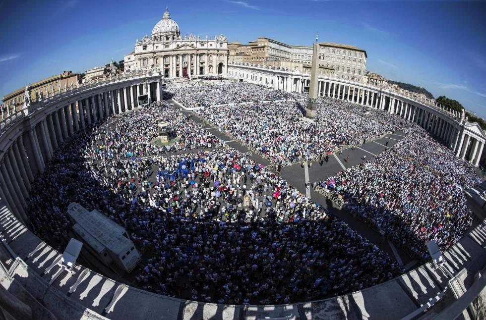 Vista general de la plaza de San Pedro durante la ceremonia de canonización de la Madre Teresa de Calcuta ante miles de fieles.