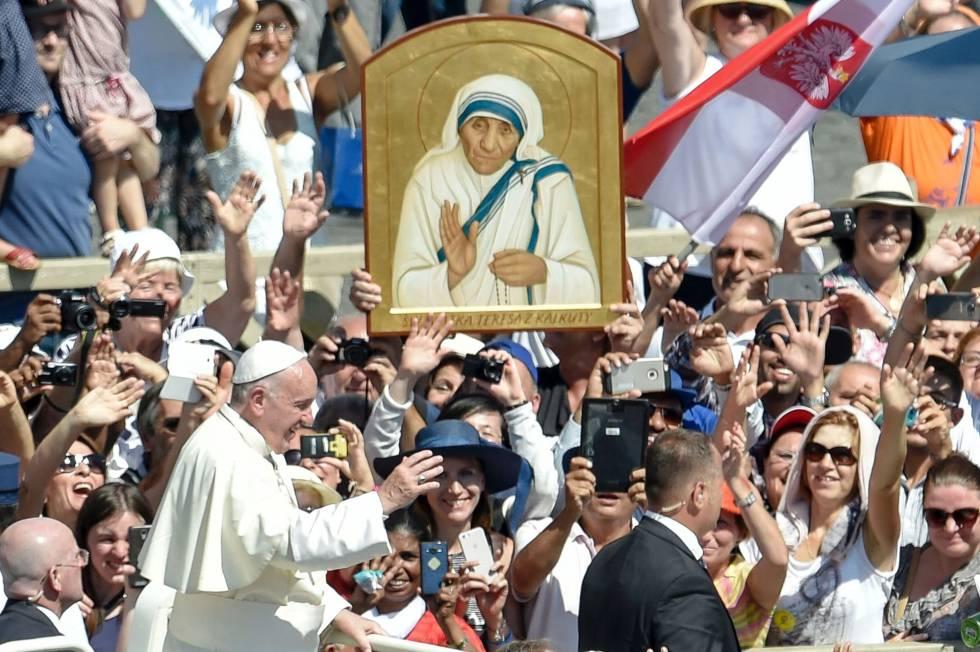 El papa Francisco saluda a los fieles congregados en la plaza de San Pedro durante la ceremonia de canonización de la Madre Teresa de Calcuta.