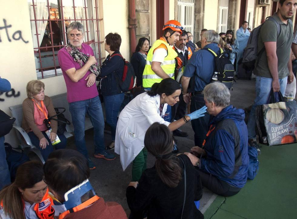 Varios de los heridos en el accidente ferroviario ocurrido en O Porriño al descarrilar un tren en las inmediaciones de la estación.