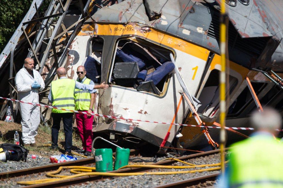 Al menos cuatro personas han fallecido y varias han resultado heridas tras descarrilar un tren de pasajeros en el término municipal de O Porriño (Pontevedra).