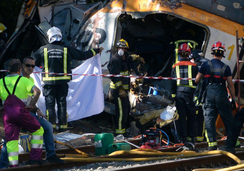 Servicios de emergencia trabajan en las inmediaciones de la estación de tren de O Porriño (Pontevedra), donde ha tenido lugar un accidente ferroviario.