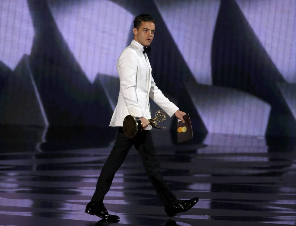 Rami Malek sale del escenario tras recoger el premio a Mejor actor en drama por 'Mr. Robot'.