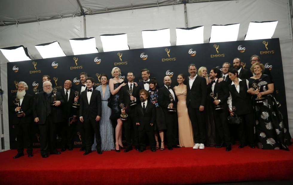 Los actores y productores de 'Juego de Tronos' tras recoger su Emmy a mejor drama, que les coloca, con 38 premios, como la serie más premiada de la historia.