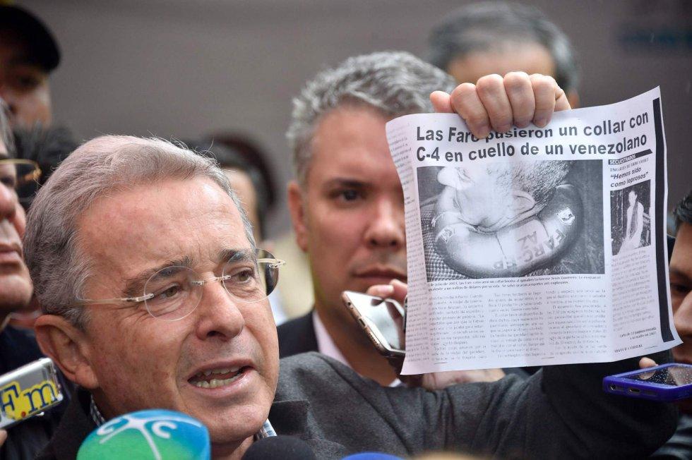 El expresidente Álvaro Uribe habla a los medios después de votar, en Bogotá.