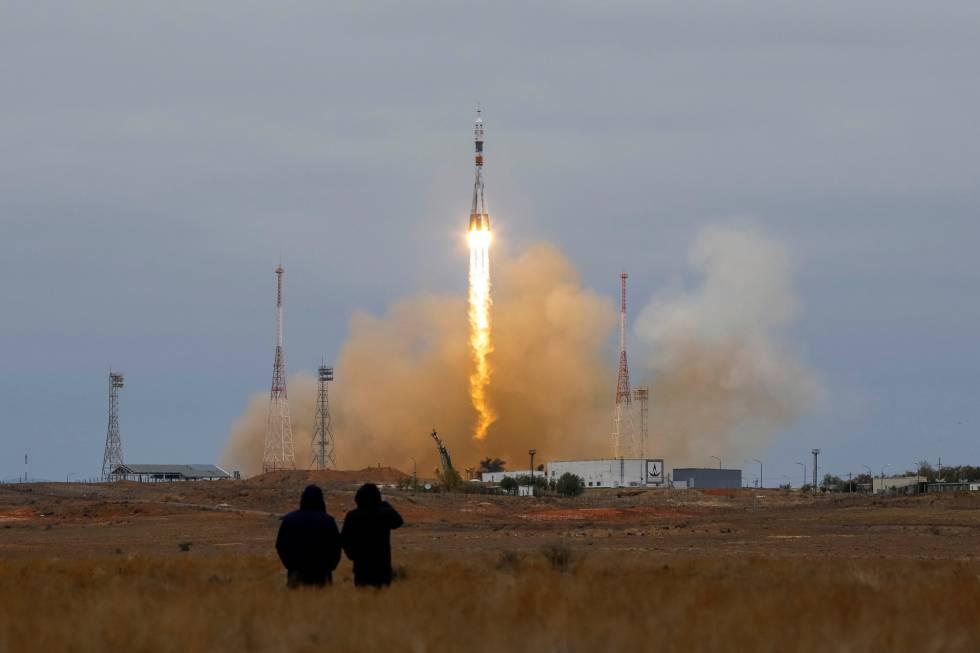 La nave espacial Soyuz MS-02 con Shane Kimbrough (EE.UU), Sergey Ryzhikov (Rusia) y Andrey Borisenko (Rusia) a bordo, despega hacia la Estación Espacial Internacional (ISS) desde la plataforma de lanzamiento en el cosmódromo de Baikonur (Kazajistán).