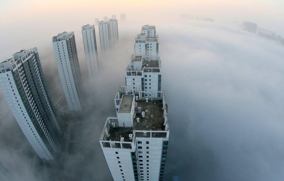 La niebla rodea los edificios de Yantai, en la provincia de Shandong (China).