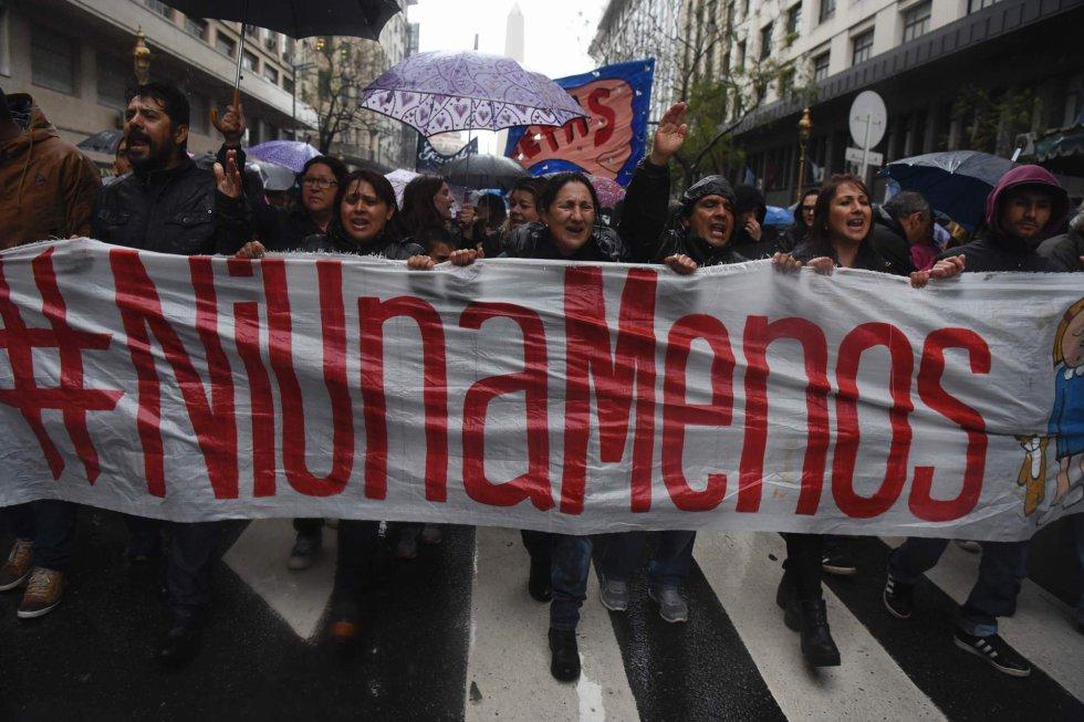 Mujeres marchan con pancartas por las calles de Buenos Aires contra la violencia machista.