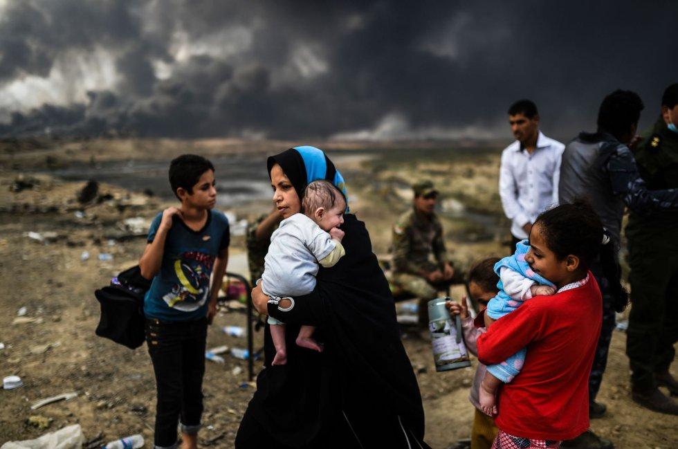 Familias iraquíes desplazadas del conflicto entre las fuerzas militares y el Estado Islámico se refugian cerca de Qayyarah.