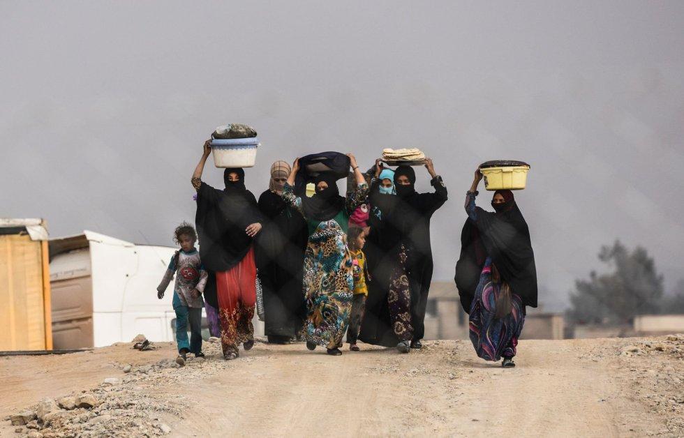 Familias iraquíes caminan hacia un campamento para desplazados, cerca de Qayyarah.