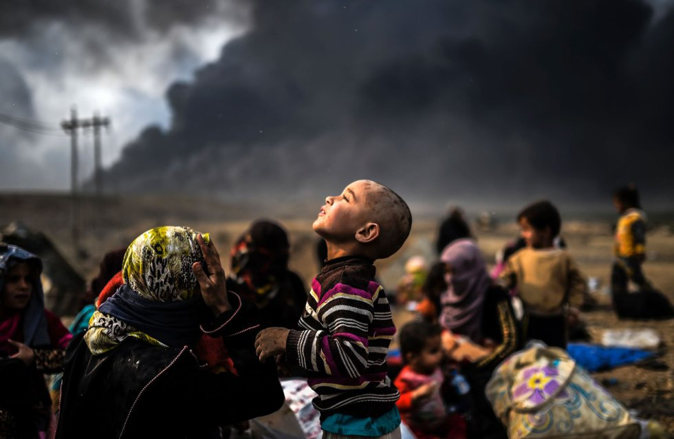 Familias iraquíes siguen esperando el fin del conflicto en una zona cerca de Qayyarah.