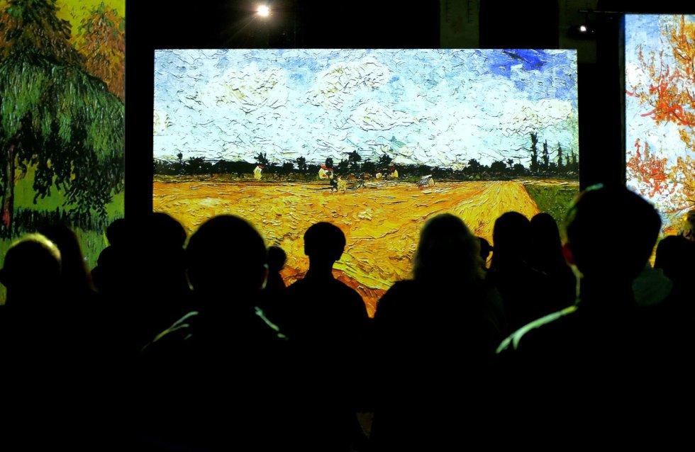 Visitantes de la exposición 'Van Gogh Alive - The Experience', explora el trabajo de Vincent Van Gogh de 1880 a 1890 en Roma (Italia).