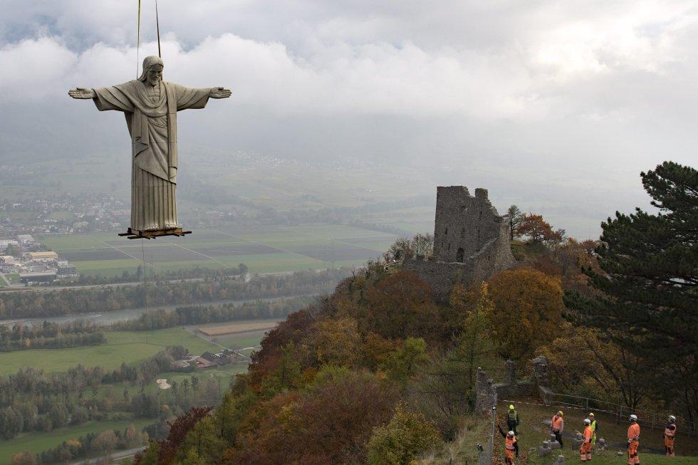 Una réplica de once metros de altura del brasileño Cristo Redentor del Corcovado es instalado con un helicóptero en un monte de la localidad de Pfaefers (Suiza) con motivo de una feria de arte celebrada en la región.
