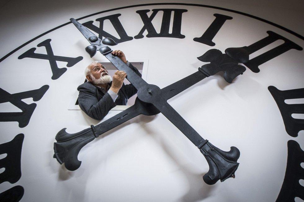 El relojero Istvan Hanga ajusta la hora de un reloj enorme en la catedral de Kecskemét en la Casa Bozso de Colecciones de Relojes en Kecskemét (Hungría).