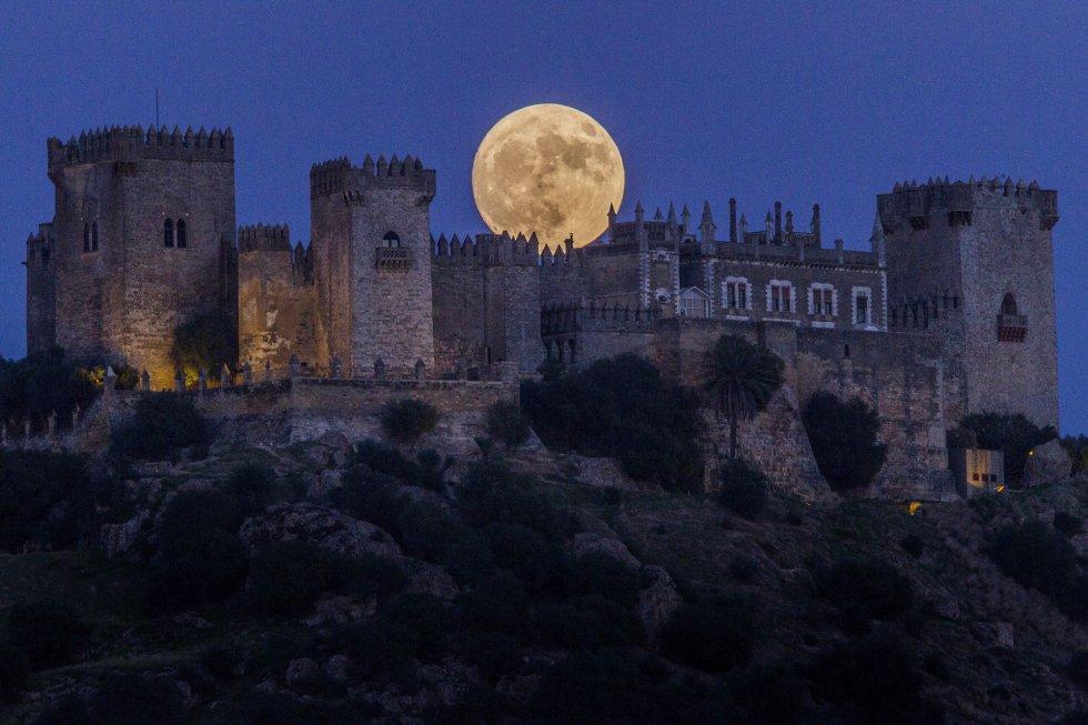 Luna grande y roja sobre el castillo de Almodóvar del Río, Córdoba.
