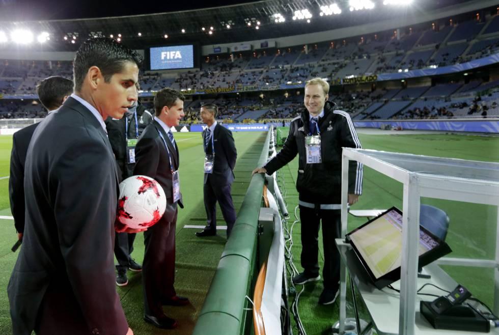 Personal de la FIFA supervisa el sistema del árbitro asistente de vídeo (VAR) antes del partido de semifinales del Mundial de clubes entre el Real Madrid y el Club América de México en el estadio de Yokohama (Japón).