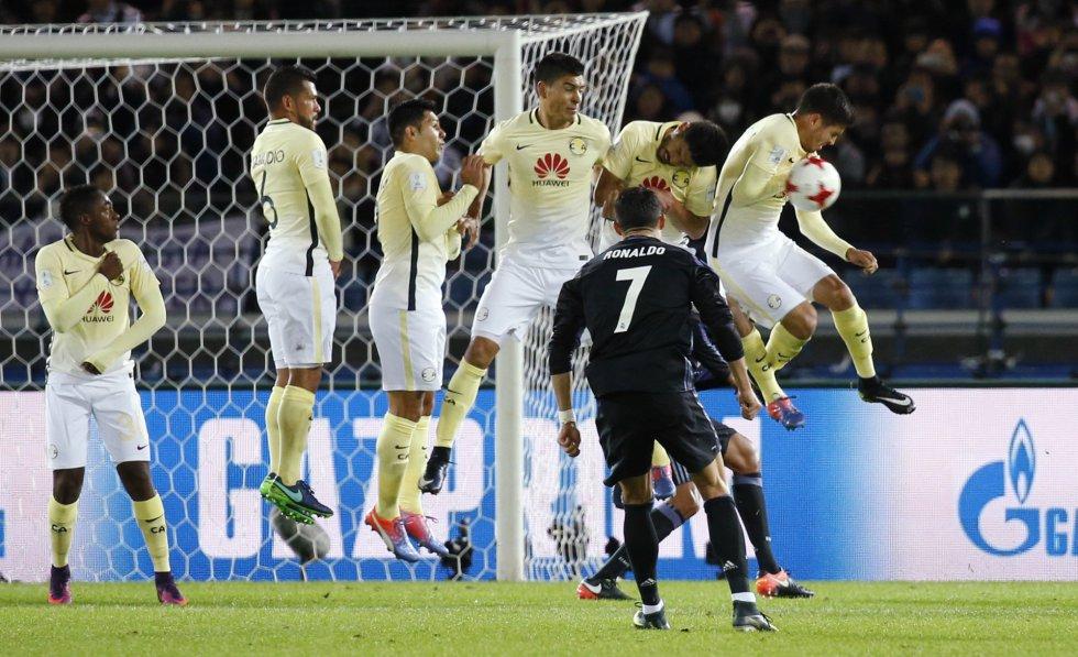 El jugador del Real Madrid Cristiano Ronaldo lanza un tiro libre.
