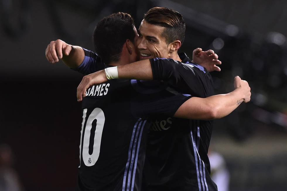 Cristiano Ronaldo (izquierda) es felicitado por James Rodríguez después de marcar un gol.