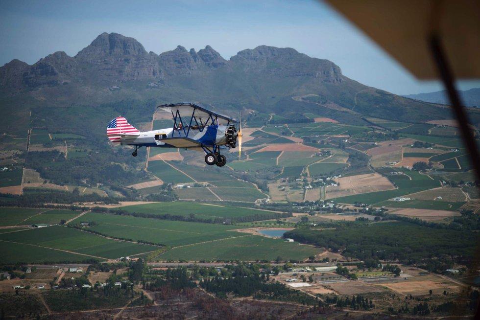 Un avión 'American Boeing Stearman' fotografiado desde otra aeronave, cerca del aeropuerto de Stellenbosch (Sudáfrica).
