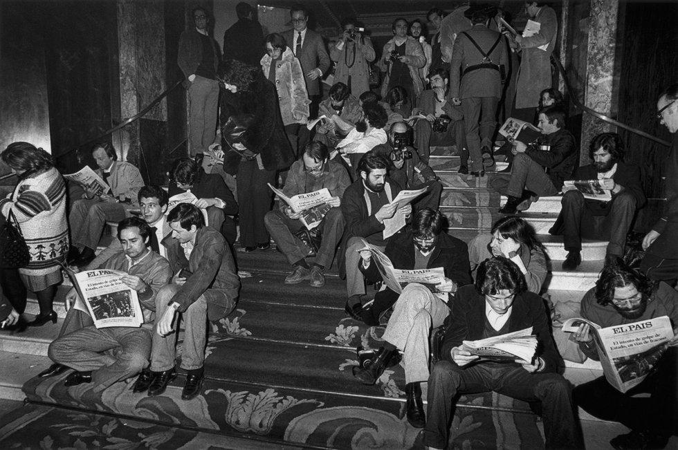 Los periodistas que cubrían la información del intento de golpe de Estado del 23-F de 1981 leen en las escaleras del Hotel Palace la edición extraordinaria de El País donde se ratificaba su compromiso con la Constitución.