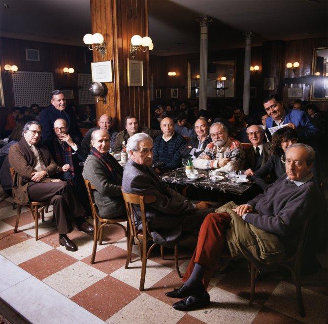 Una tertulia el 1 de abril de 1989 en el madrileño Café Gijón, lugar de reunión habitual de literatos, pensadores y artistas.