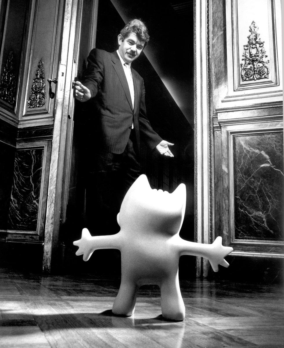El alcalde de Barcelona, Pascual Maragall, abre el 24 de septiembre de 1988 la puerta de su despacho a Cobi, la mascota que diseñó Javier Mariscal para los Juegos Olímpicos de Barcelona que se celebrarían cuatro años después.