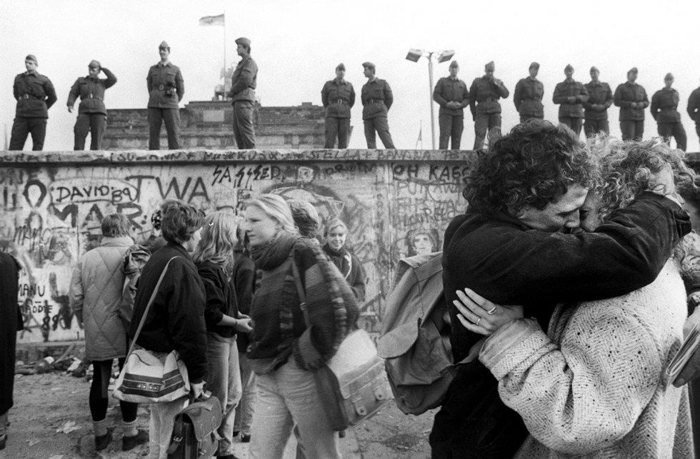 Dos jóvenes se besan frente a los restos al Muro de Berlín el 15 de noviembre de 1989, seis días después del comienzo de la caída de la frontera física entre las dos Alemanias.