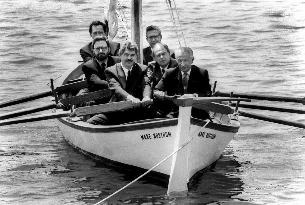 Los artífices de los Juegos Olímpicos de Barcelona reman juntos. De atrás a adelante, Carlos Ferrer Salat, Joan Miquel Abad, Narcís Serra, Pasqual Maragall, Jordi Pujol y Juan Antonio Samaranch en el Puerto Olímpico de Barcelona el 24 de julio de 1992.
