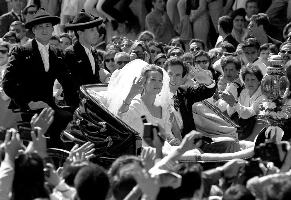 La infanta Elena y Jaime de Marichalar saludan a la multitud concentrada en las calles de Sevilla, a su salida de la catedral tras su boda el 18 de marzo de 1995.