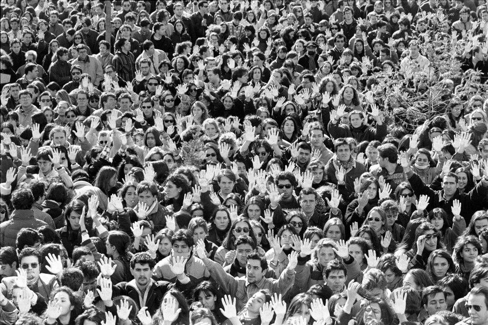 Estudiantes de la Universidad Autónoma de Madrid se manifiestan el 15 de febrero de 1996 en el campus con las manos pintadas de blanco en protesta por el asesinato por ETA del catedrático y expresidente del Tribunal Constitucional Francisco Tomás y Valiente.