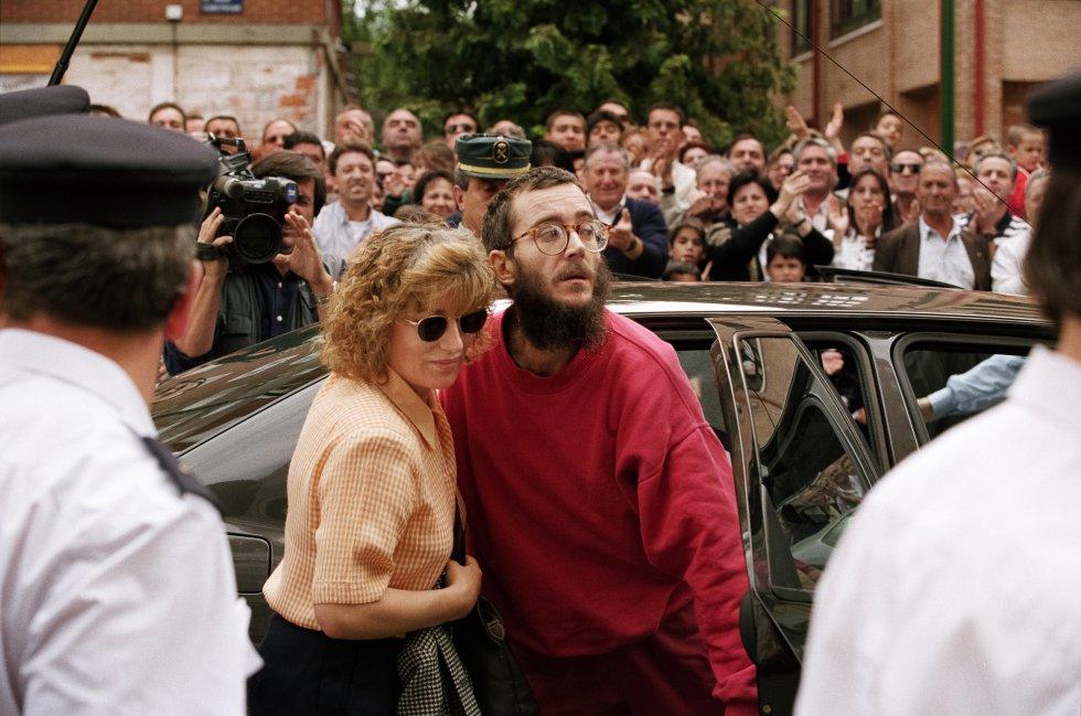 El funcionario de prisiones José Antonio Ortega Lara llega a su domicilio en Burgos junto a su esposa, Domitila, el 1 de julio de 1997 después de pasar 532 días secuestrado por ETA.
