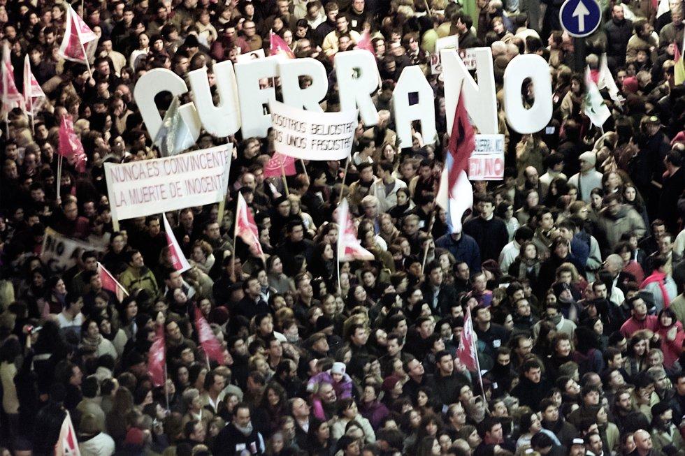 Miles de personas se manifiestan el 15 de febrero de 2003 en Madrid en contra de la intervención militar de Estados Unidos en Irak, apoyada por el Gobierno español de José María Aznar.