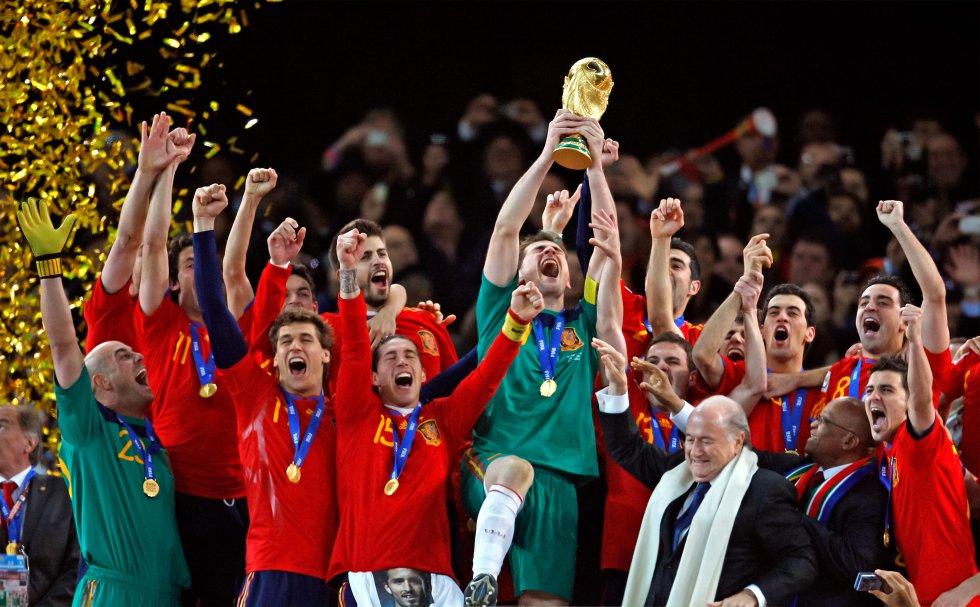 Iker Casillas, portero y capitán de la selección española, levanta el 11 de julio de 2010 la copa del mundo después de que España se proclamara ganadora del Mundial de fútbol de Sudáfrica tras derrotar a Holanda por 1-0 en el estadio de Johannesburgo. En la imagen, con bufanda blanca, aparece el entonces presidente la FIFA, Joseph Blatter. A su izquierda está Jacob Zuma, presidente de Sudáfrica.