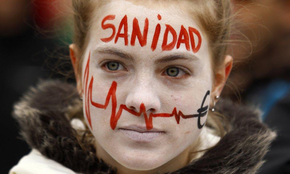 Una joven se manifiesta en contra de las privatizaciones de hospitales y de los recortes en la sanidad el 7 de enero de 2013 en Madrid. Ese año, las mareas blancas reivindicativas pintaban las calles de las principales ciudades muchos domingos.