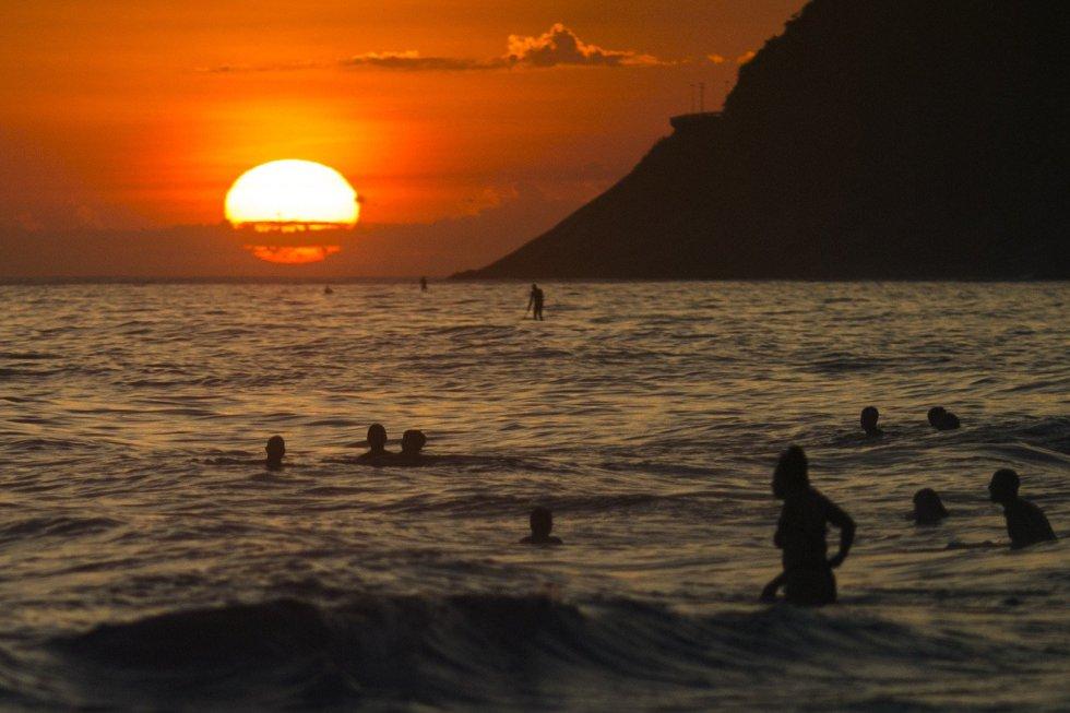 Varias personas disfrutan de la playa de Ipanema (Brasil), en día que Río de Janeiro registró la temperatura más alta del año con una máxima de 42,3 grados centígrados y una sensación térmica que rozó los 50 en la zona oeste de la ciudad.