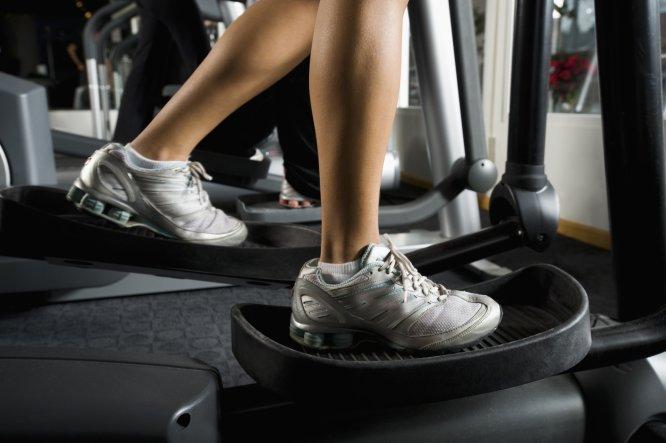 """Gasto energético aprox.: 322-478 caloríashora . La explicación: Los expertos se muestran unánimes: Es un ejercicio con una implicación cardiorrespiratoria moderada y adecuado para duraciones altas y niveles iniciales de condición física o personas mayores. El entrenador personal Ángel Merchán añadía : """"Ayuda a proteger las articulaciones del excesivo desgaste cuando acumulamos muchos kilómetros corriendo"""". ¿Cómo hacerlo? Programar la máquina con un nivel 8 de resistencia, y ejercitarse durante 40 minutos, intercalando 'sprints' y ejercicio constante."""