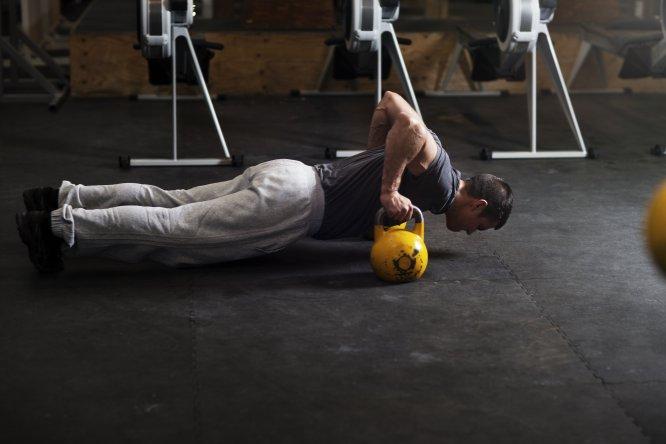 """Gasto energético: 554-822 caloríashora . La explicación: """"Nos puede hacer aumentar de masa muscular lo que acelerará nuestro metabolismo. Permite trabajar todo el cuerpo por lo tanto, el consumo energético será mayor"""" explica Juan Ruiz López. Aunque advierte de que esta actividad requiere un aprendizaje previo. """"Aplicar una velocidad que no permita control y correcta ejecución técnica, conlleva riesgo de lesión"""". ¿Cómo hacerlo? 12 rondas de 30 segundos a alta intensidad, con 30 segundos de descanso entre una y otra."""