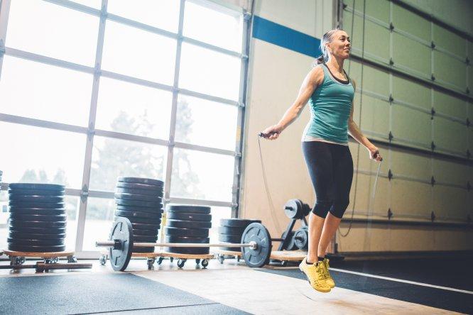 """Gasto energético: 667-990 caloríashora . La explicación: Es un ejercicio de alta intensidad. La OMS recomienda 150 minutos de ejercicio moderado a la semana o 75 minutos si es intenso. Ruíz López considera que, además, """"nos ayuda a mejorar la coordinación"""", pero advierte """"la gente con sobrepeso debería tener precaución, porque cuanto más peso, más impacto sufren las articulaciones"""". ¿Cómo hacerlo? Un minuto a una intensidad de 120 saltos por minuto, y descansar hasta recuperar la frecuencia cardíaca habitual. Repetir unas 6 u 8 veces."""