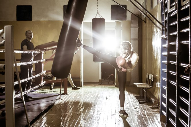 """Gasto energético aprox.: 582-864 calhora . La explicación: Como apuntaba a BUENAVIDA el entrenador Javier Sanmartín , es un deporte muy completo: """"Solemos decir que el golpe comienza en el pie y termina en el nudillo"""". """"Es un ejercicio de mediaalta implicación cardiorrespiratoria con un extra de activación muscular en ciertos movimientos explosivos, lo que ayudará a mantener la activación muscular de todo el cuerpo"""", nos recuerda Jiménez. ¿Cómo hacerlo? Combinar ejercicios de brazos y piernas guiados por un entrenador, durante una hora."""