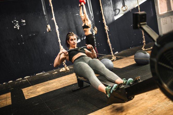 """Gasto energético aprox: 481-713 calhora . La explicación: El entrenador personal Salvador Serrano Romero afirmaba a BUENAVIDA que """"el remo es un fabuloso ejercicio de resistencia cardiovascular. No solo beneficia la parte superior del cuerpo, sino que también trabaja piernas cuando nos flexionamos, en particular los cuádriceps. Del tren superior, fortalecemos los dorsales"""". Es importante, para David Jiménez, establecer un ritmo de remada y respiración constante, adecuada estabilización abdominal y lumbar durante la ejecución y atención al gesto de tracción: """"Una mala ejecución puede llevar a sobrecargas"""". ¿Cómo hacerlo? Cuatro series de 2 minutos a máxima intensidad con descansos de 1 minuto y medio."""