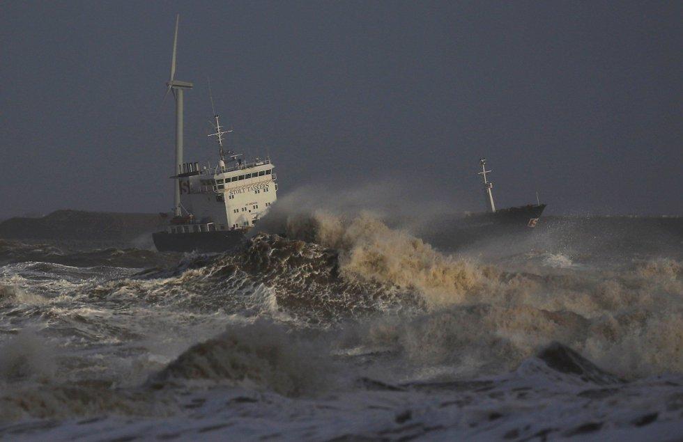 Un buque intenta acercarse al puerto de Liverpool (Reino Unido).
