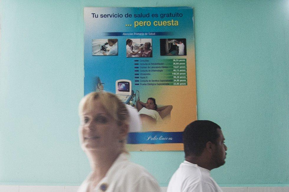 Una enfermera ante un cartel en la que el Ministerio de Salud Cubano advierte de los costes de cada gestión médica con el fin de sensibilizar a la población del gasto sanitario.