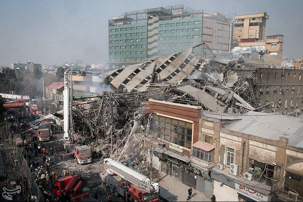 Vista general de los escombros del edificio Plasco en la ciudad de Teherán.