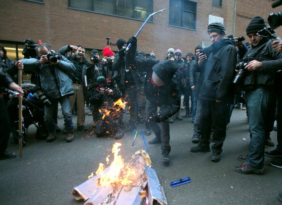 Los manifestantes queman una efigie de Donald Trump, frente a la embajada de los Estados Unidos, en Montreal (Canadá).