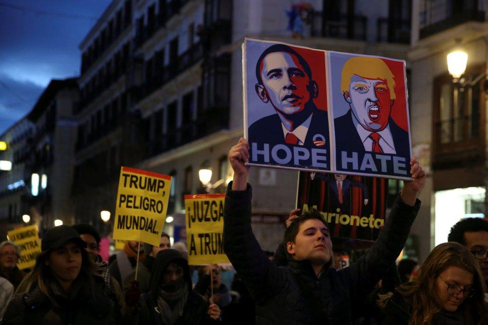 Los manifestantes sujetan pancartas durante una protesta, en Madrid.