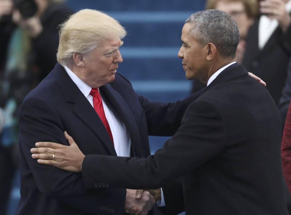 El presidente electo Donald Trump (izquierda) saluda al todavia presidente Barack Obama minutos antes de su toma de posesión.