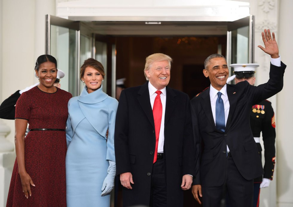 Barack e Michelle Obama posam na entrada da Casa Branca com Donald e MelaniaTrump. A eslovena usou um vestido azul bebê do estilista Ralph Lauren. O look foi comparado ao visual adotado por Jacqueline Kennedy, mulher do ex-presidente John F. Kennedy.